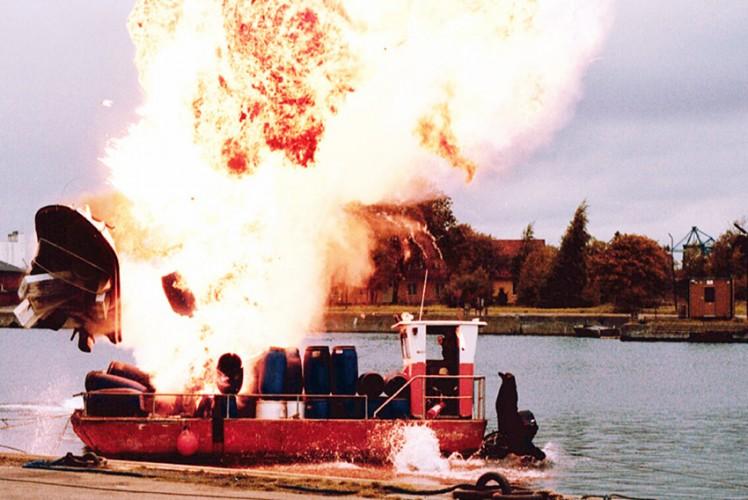 Dennis Albrethsen på vej i vandet ved eksplosion - Den gode strømer 2003