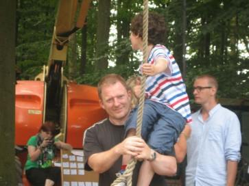 Lille Per og Dennis Albrethsen øver sving-stunt. Far til fire tilbage til naturen - 2011